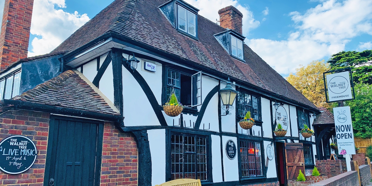 2-course meal & bubbly for 2 in Kent pub