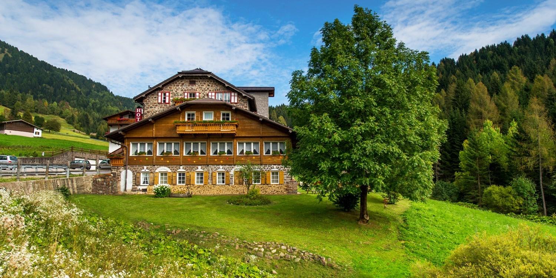 89€–99€ – Dolomiten: Kleines Berghotel mit Frühstück, -33% -- Predazzo, Italien